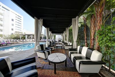 Hotel Shangri-La Outdoor Poolside Seating
